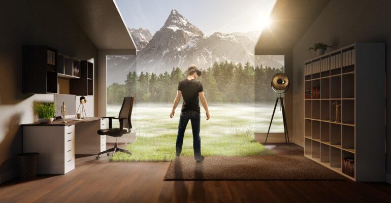 Mann steht mit Vr Brille in Arbeitszimmer
